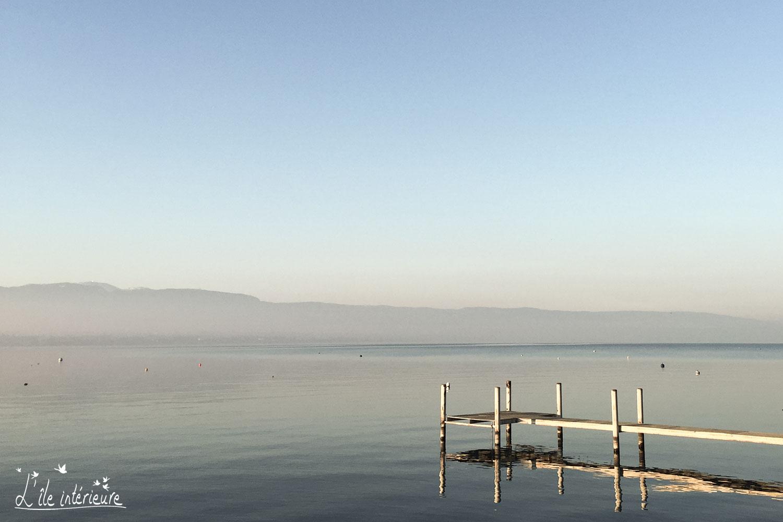 un débarcadère sur le lac, invitation à accoster dans son île intérieure